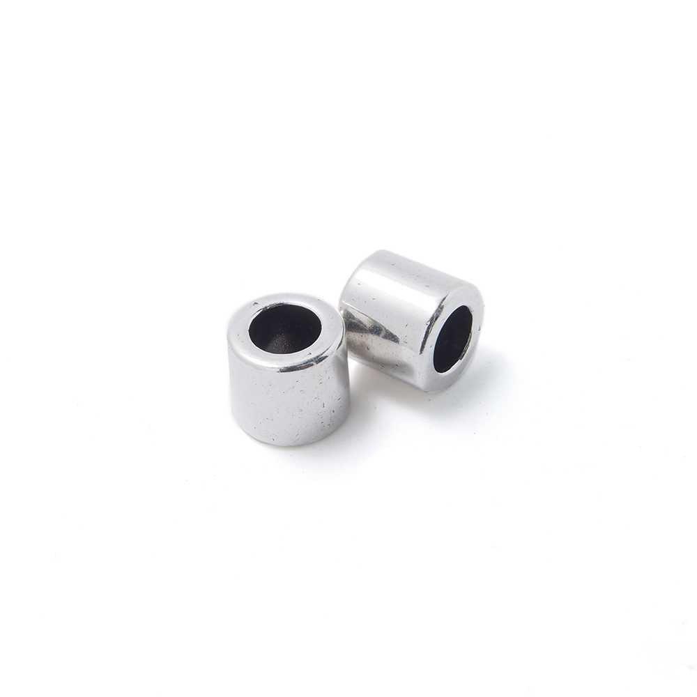 Entrepieza tubo, con espacio para cueros redondos de diámetro 5 mm. Bañada en plata de ley oxidada.