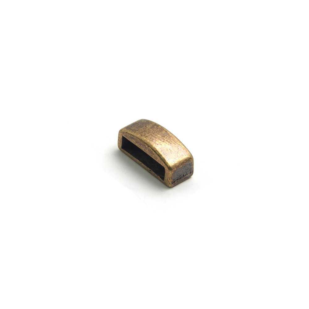 Entrepieza combada lisa, con hueco para cuero pasante de 10.5mm x 2.5mm. Bañada en oro envejecido.