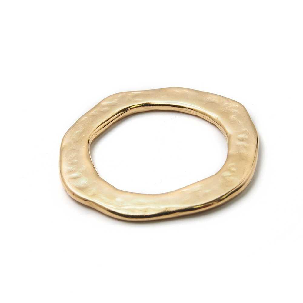 Aro irregular mediano, bañado en oro de 24 quilates.