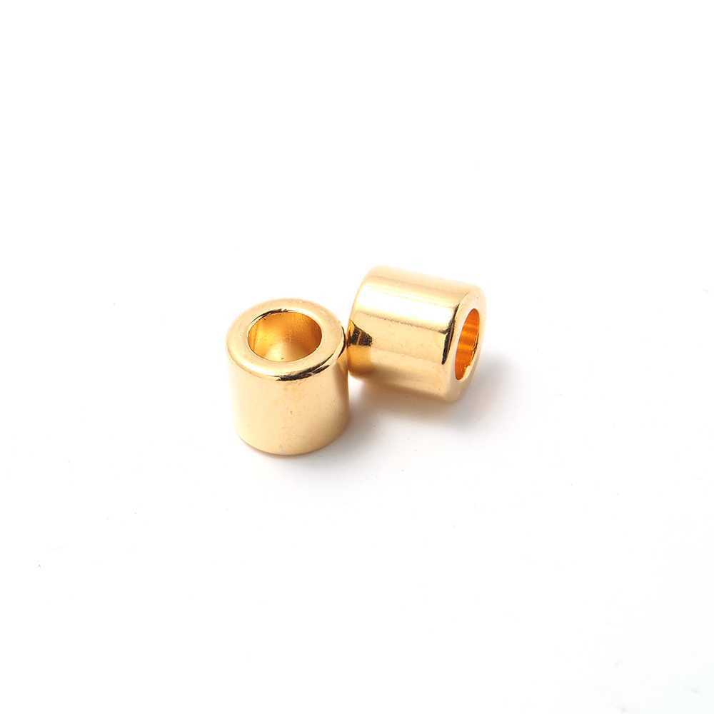 Entrepieza tubo, con espacio para cueros redondos de diámetro 5 mm. Bañada en oro de 24 quilates.