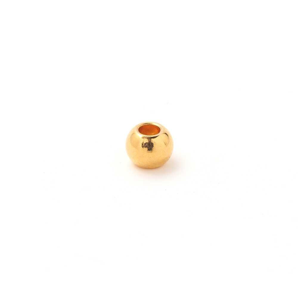 Bola pequeña, de 6 mm. de diámetro exterior, con un agujero pasante de 2.5mm. Bañada en oro de 24 quilates.