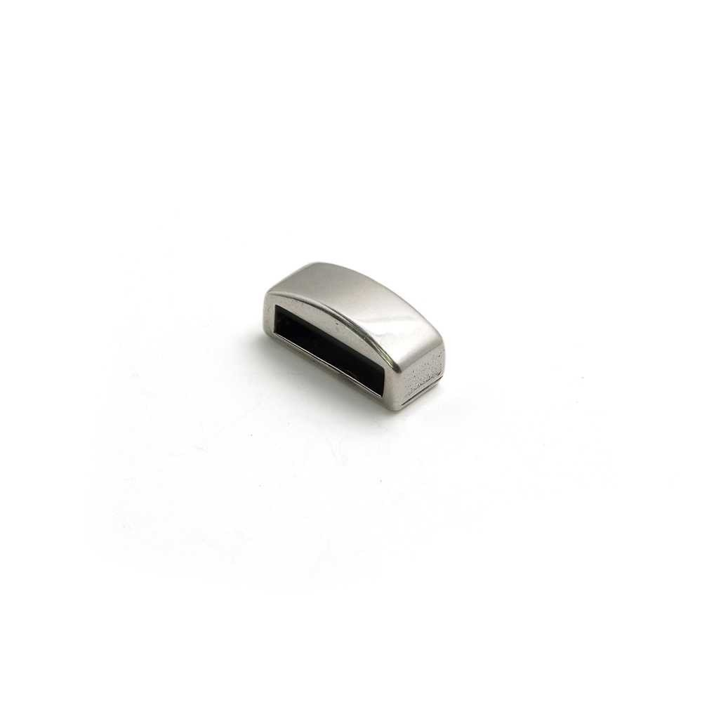 Entrepieza combada lisa, con hueco para cuero pasante de 10.5mm x 2.5mm. Bañada en plata de ley oxidada.