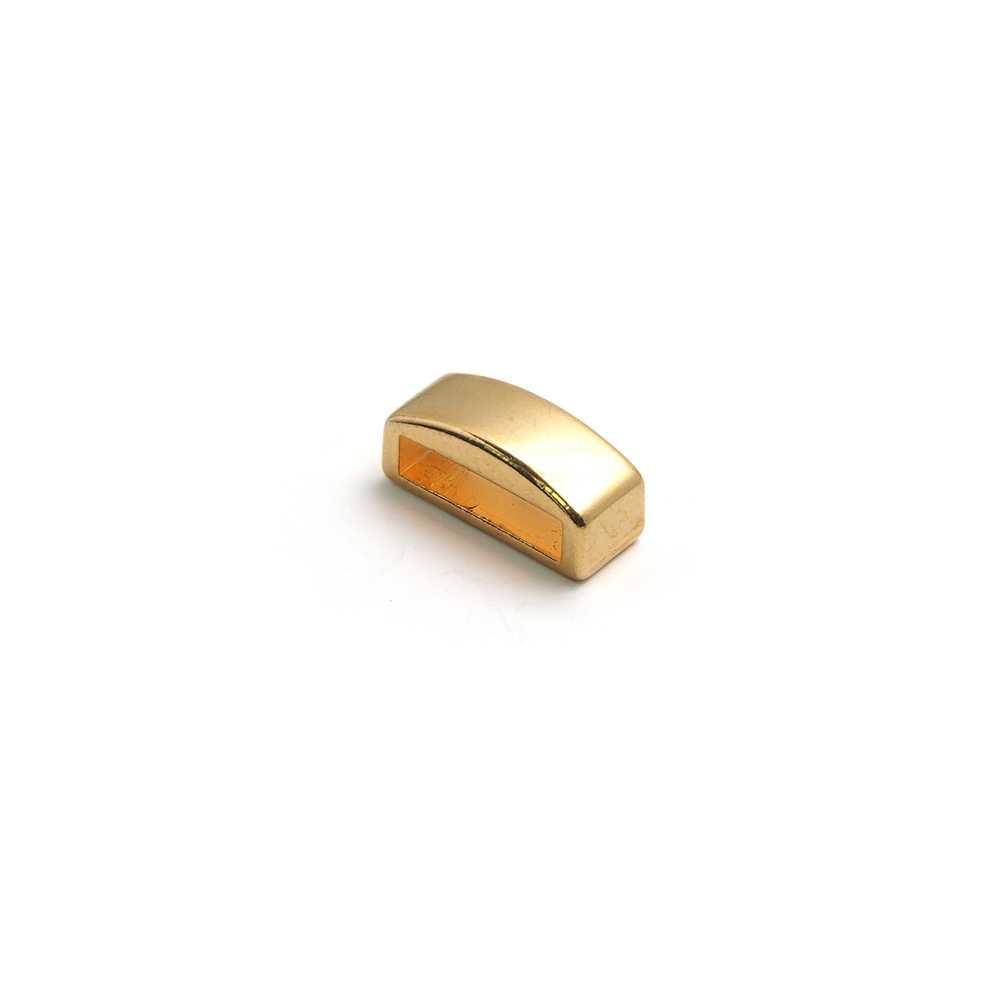 Entrepieza combada lisa, con hueco para cuero pasante de 10.5mm x 2.5mm. Bañada en oro de 24 quilates.