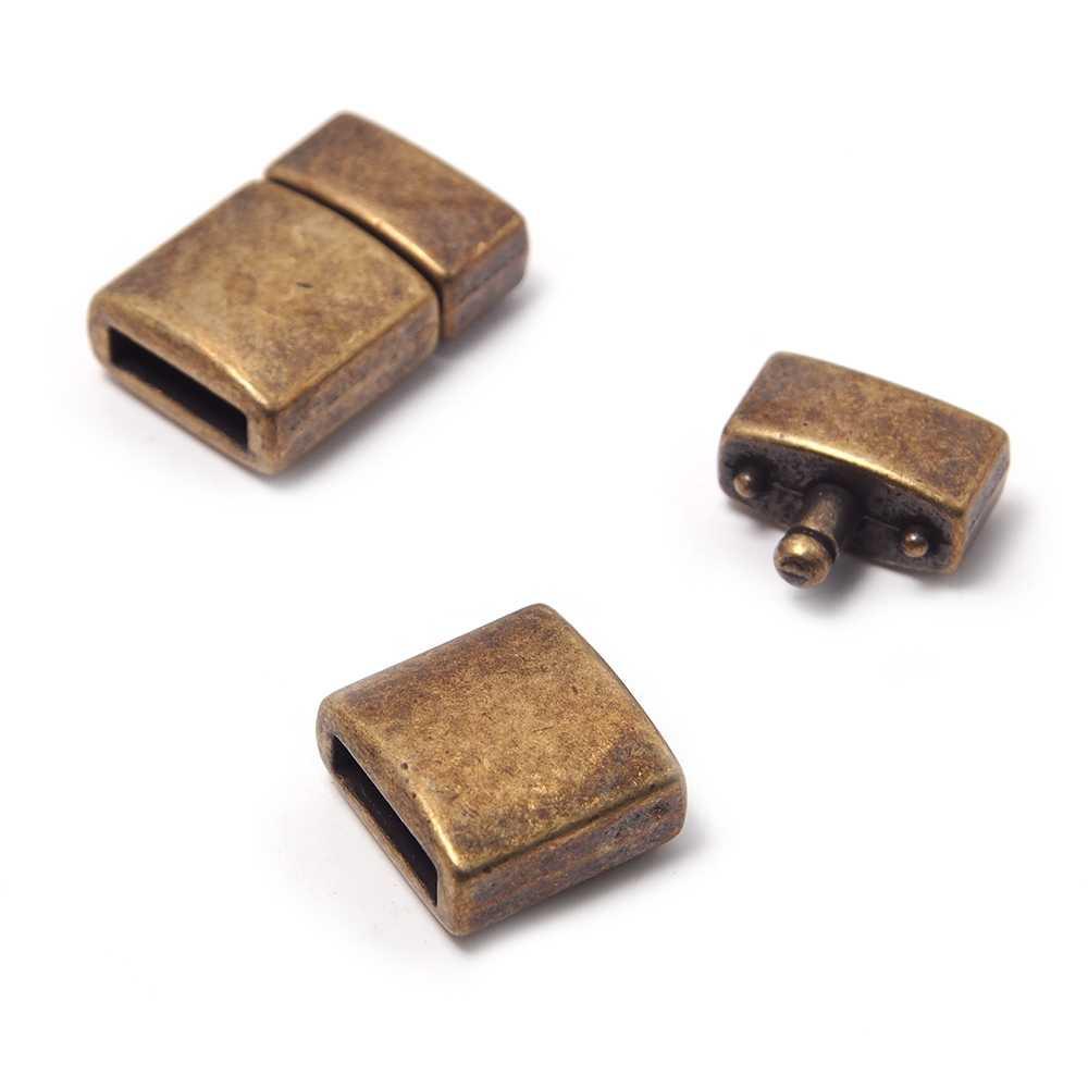 Cierre presión combado, bañado en oro envejecido, con hueco para cuero de 9.5mm x 2.5mm.
