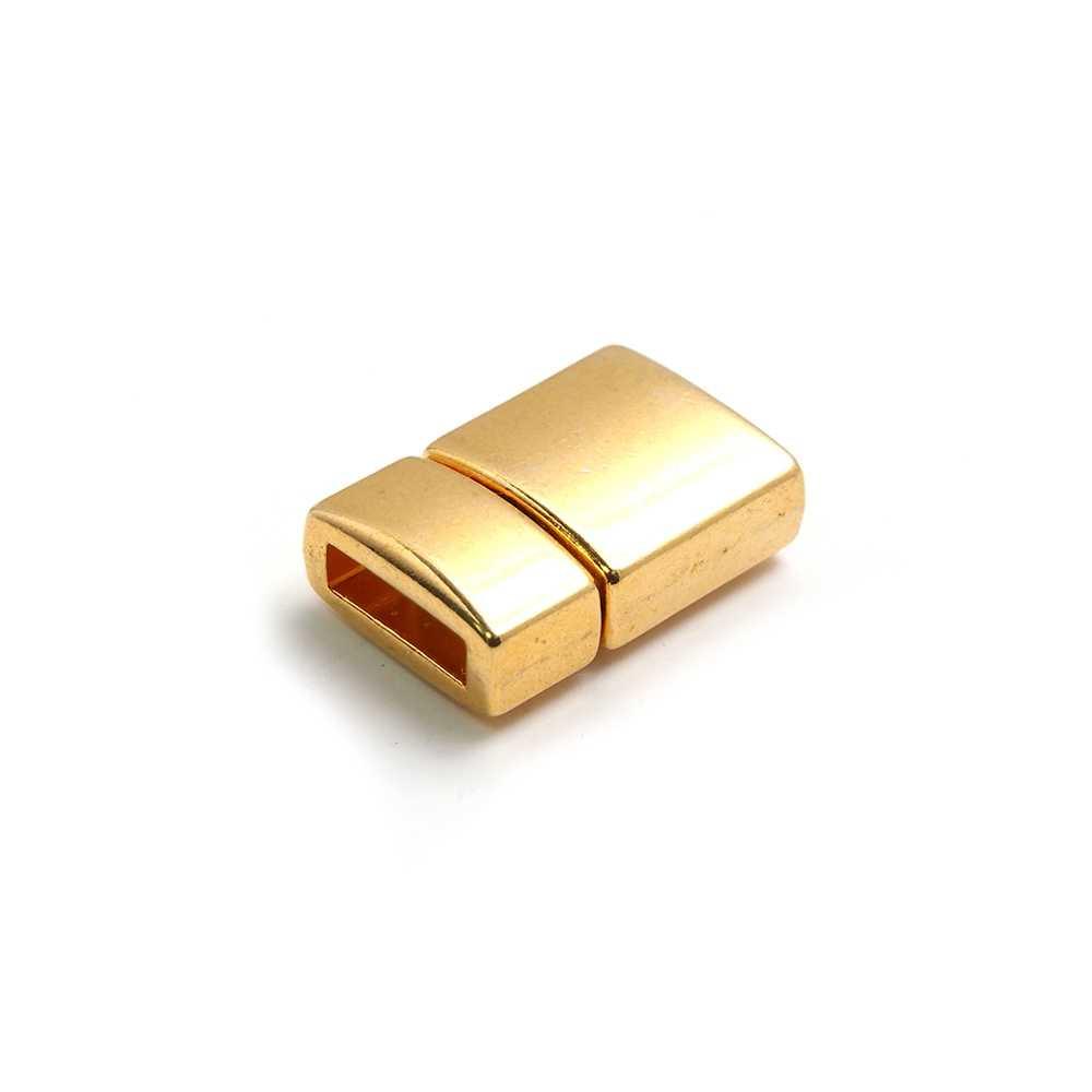 Cierre presión combado, bañado en oro brillante, con hueco para cuero de 9.5mm x 2.5mm.