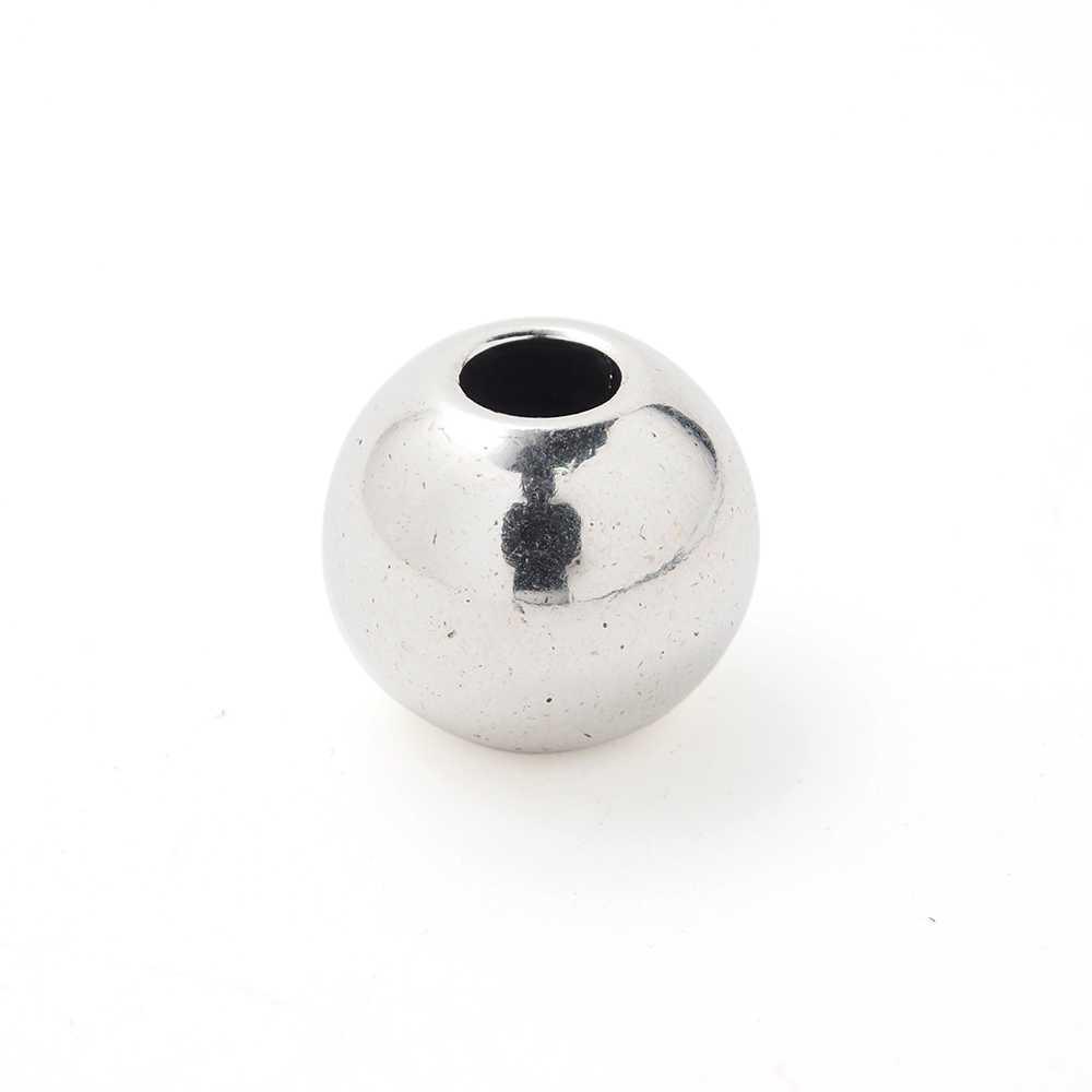 Bola grande, de 14mm. de diámetro exterior, con un agujero pasante de 5mm. Bañada en plata de ley oxidada.
