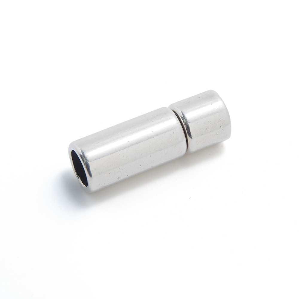 Cierre de presión cilindro, bañado en plata oxidada, con hueco para cuero de 5 mm. de diámetro.