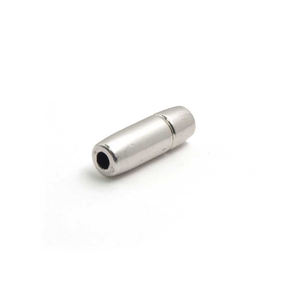 erre de presión cilindro, bañado en plata oxidada, con hueco para cuero de 3mm. de diámetro.