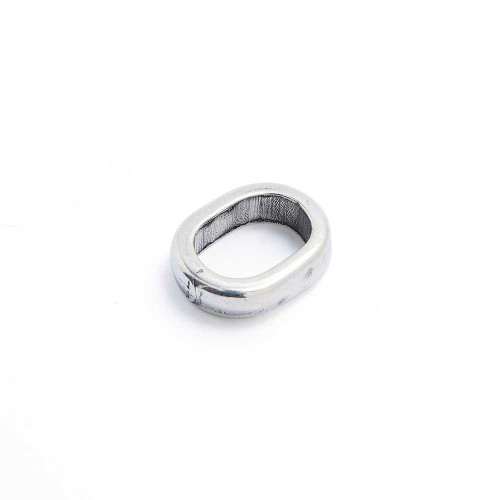 Entrepieza simple para cuero regaliz (10.5mm x 7mm). Bañada en plata de ley oxidada.