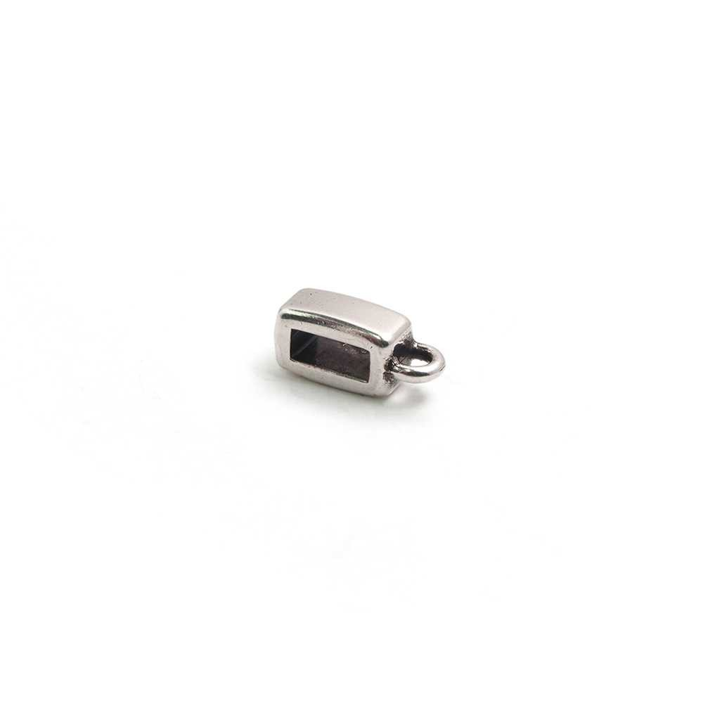 Entrepieza plana con argolla, con hueco para cuero de 6.5mm x 2.5mm. Bañada en plata de ley oxidada.