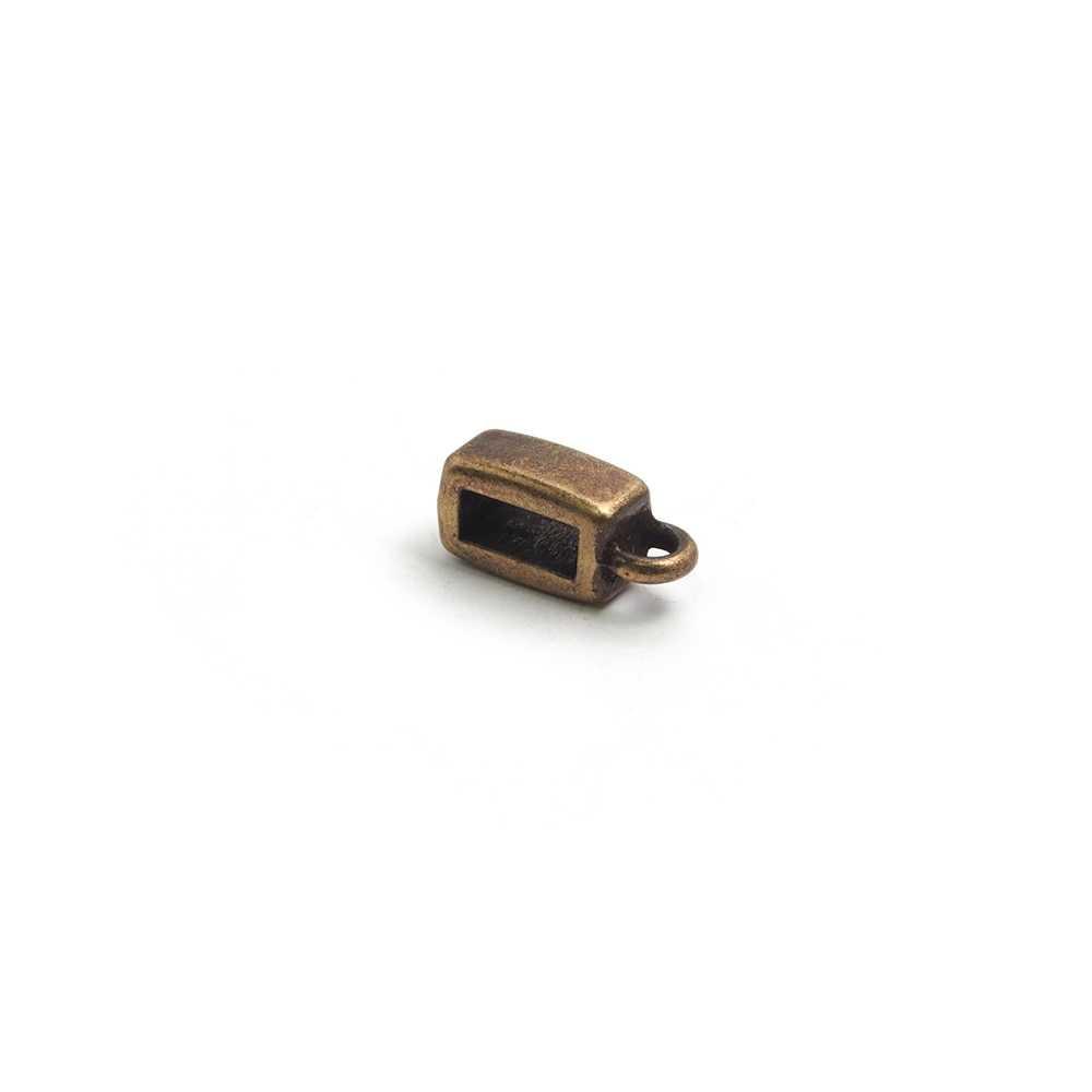 Entrepieza plana con argolla, con hueco para cuero de 6,5x2,5 mm. Bañada en oro envejecido.