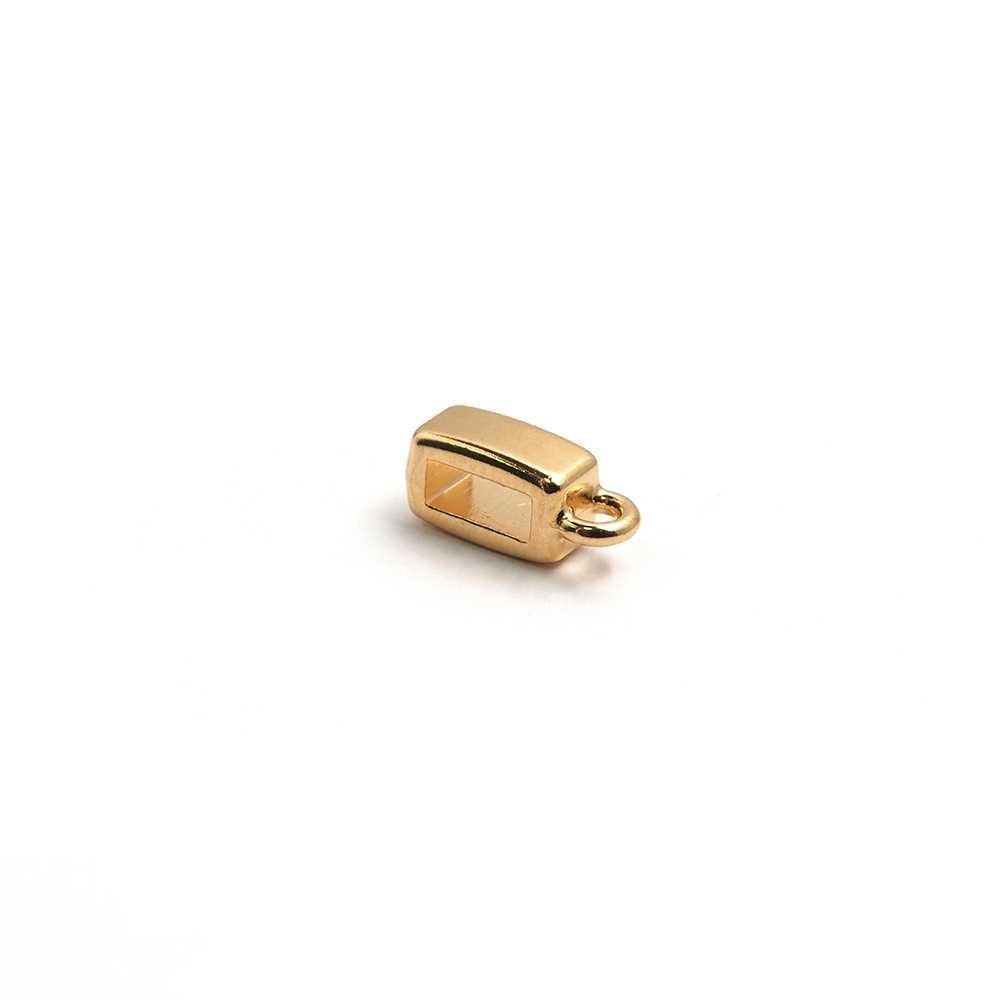 Entrepieza plana con argolla, con hueco para cuero de 6.5mm x 2.5mm. Bañada en oro de 24 quilates.