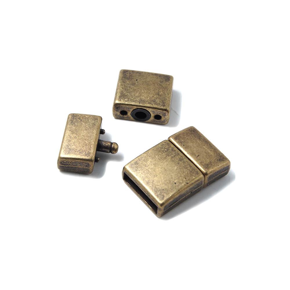 Cierre de presión Cuadrado Curvado, con hueco para cuero de 12.5mm x 2.5mm. Bañado en oro envejecido.