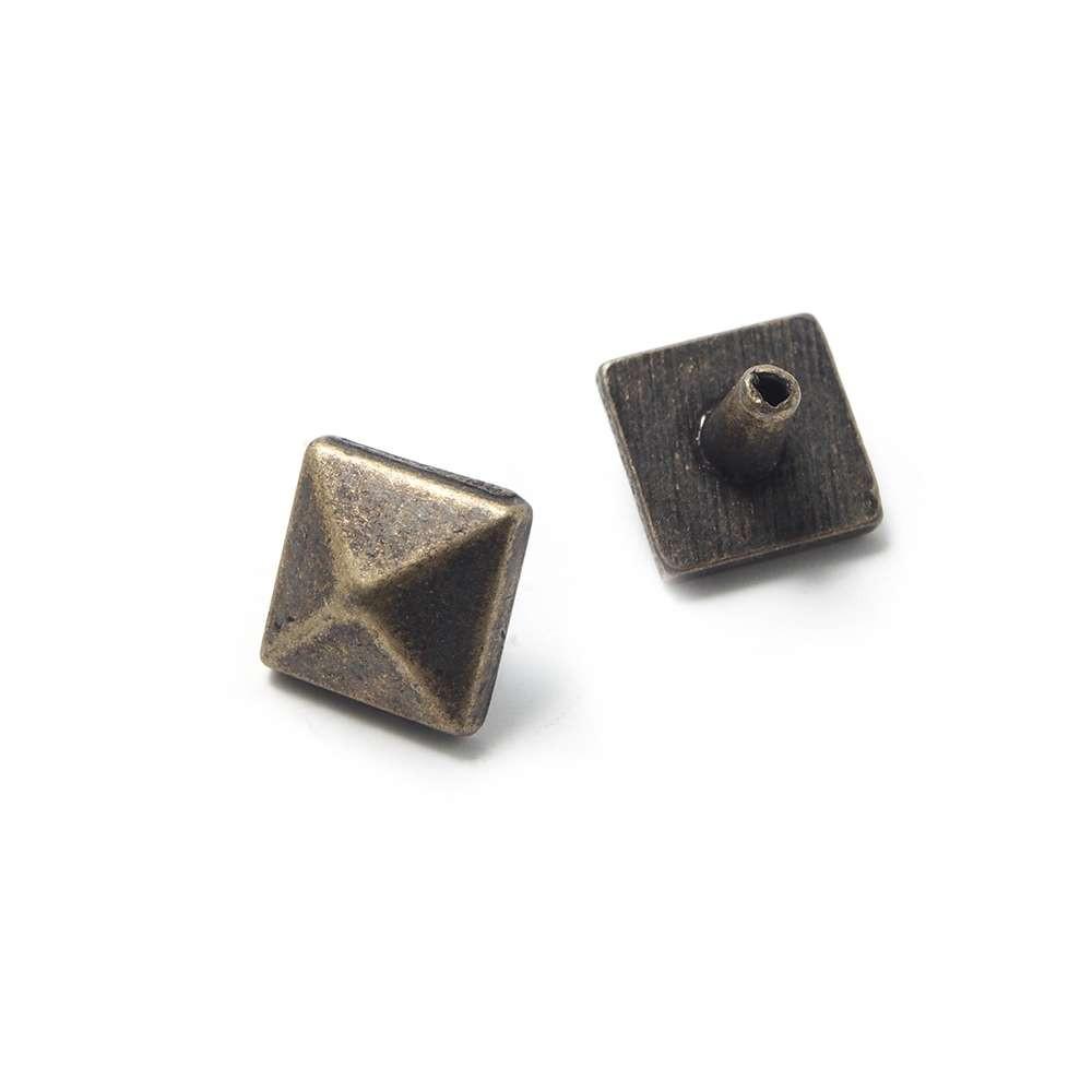 Tachuela Pirámide pequeña con pivote, bañada en Oro envejecido.