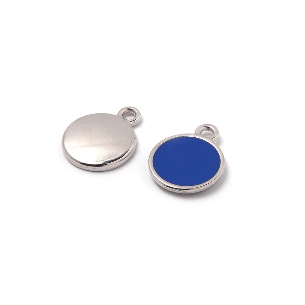 Medalla esmaltada de 12 mm. con anilla de 1.5 mm. de diámetro. Con baño plateado y con esmalte de color azul.