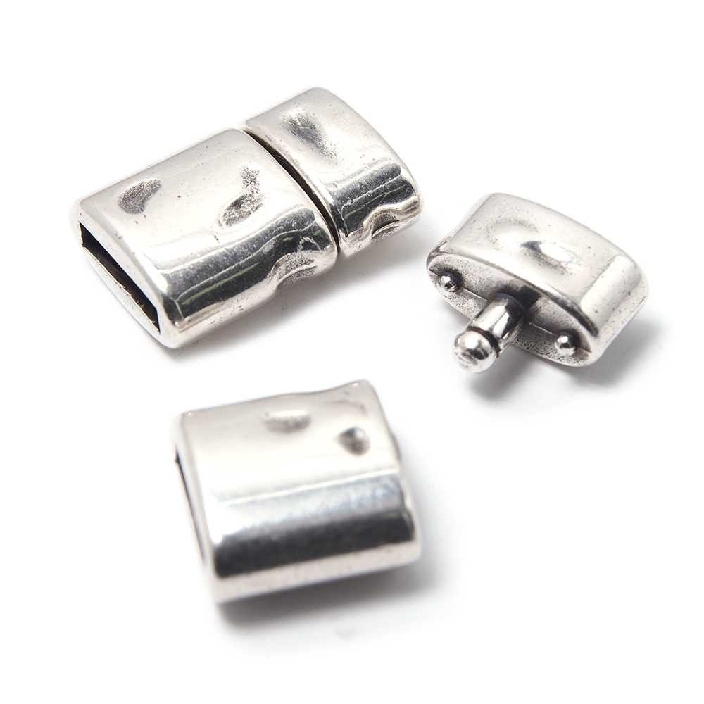 Cierre de presión Oval Golpeado, para cuero de 9.5mm x 2.5mm. Bañado en plata de ley oxidada.