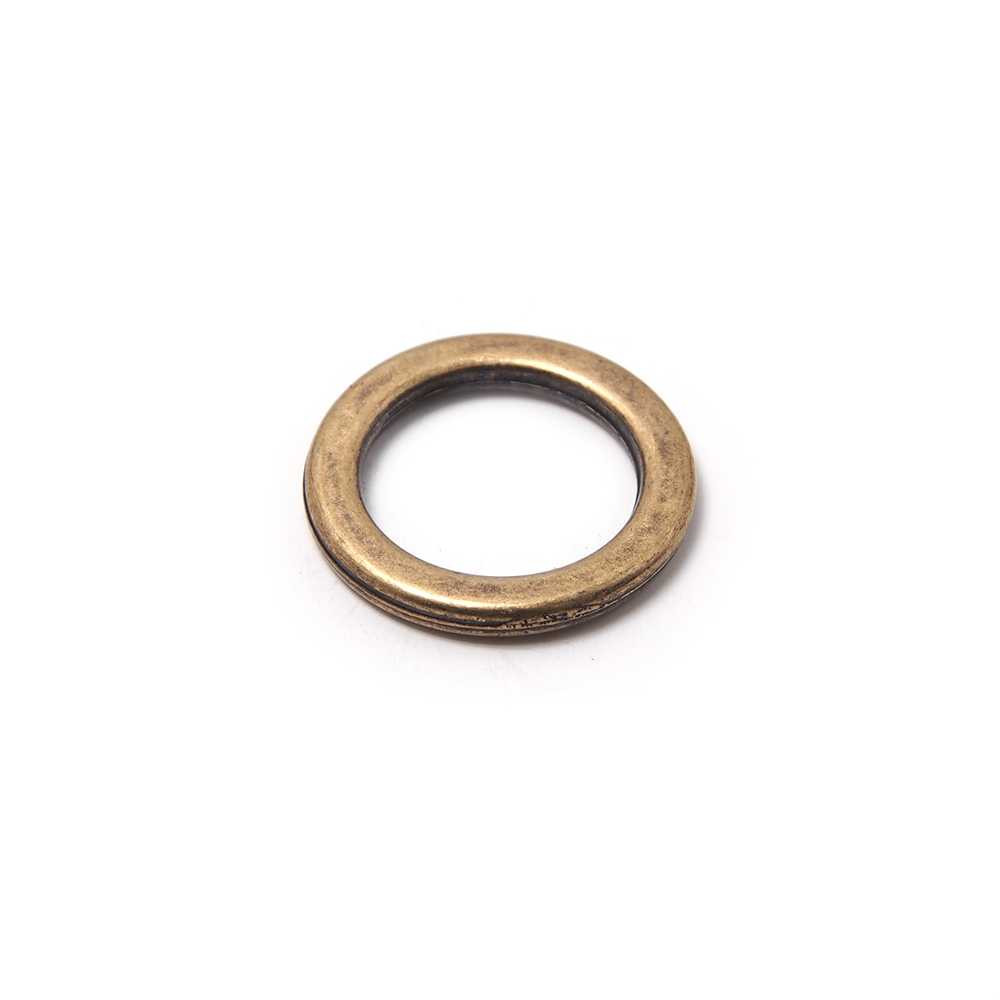 Anilla redonda con pase interior de 11mm. Bañada en oro envejecido.