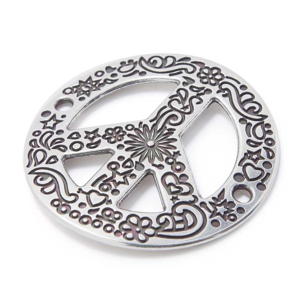 Pieza paz calada cóncava con grabado, con anillas de 2mm. de diámetro interior. Bañada en plata de ley oxidada.