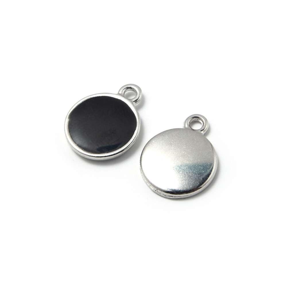 Medalla esmaltada de 12 mm. con anilla de 1.5 mm. de diámetro. Con baño plateado y con esmalte de color negro.