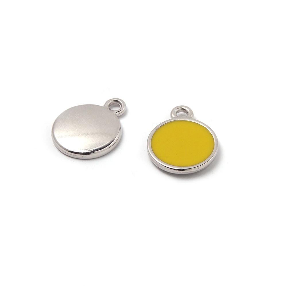 Medalla esmaltada de 12 mm. con anilla de 1.5 mm. de diámetro. Con baño plateado y con esmalte de color amarillo.
