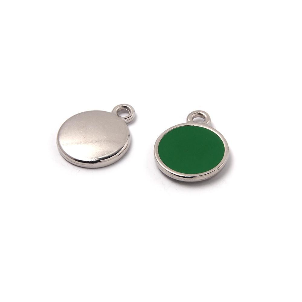Medalla esmaltada de 12 mm. con anilla de 1.5 mm. de diámetro. Con baño plateado y con esmalte de color verde.