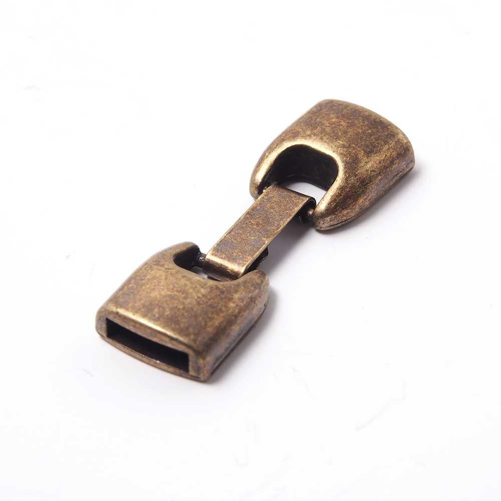 Cierre de fleje redondeado mediano, bañado en oro envejecido, con huecos para cuero de 10mm x 2.5mm.