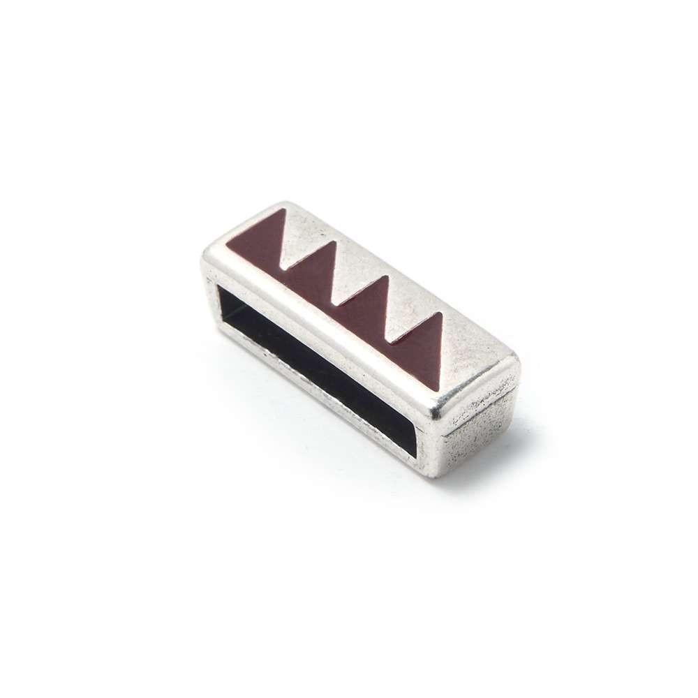 Entrepieza plana adornada con triángulos color granate, 13.5mm x 2.5mm. Bañada en plata de ley oxidada.