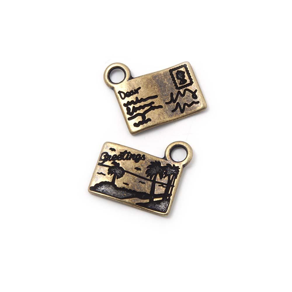 Abalorio colgante postal, con agujero para anilla de 2 mm. Bañado en oro envejecido.