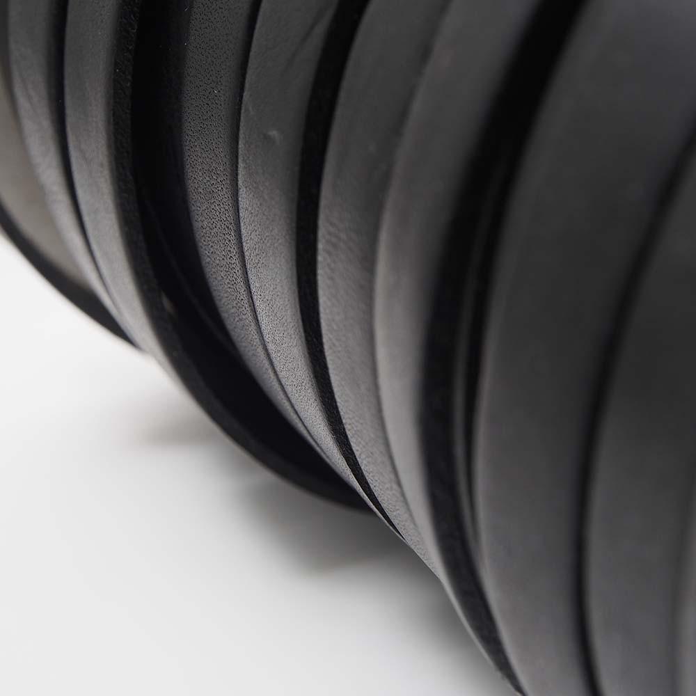 Cuero plano de 9,5mm de ancho por 2,5mm de grosor. Color negro.
