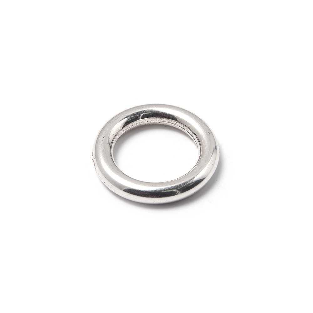 Anilla redonda con pase interior de 14 mm. Bañada en plata de ley oxidada.