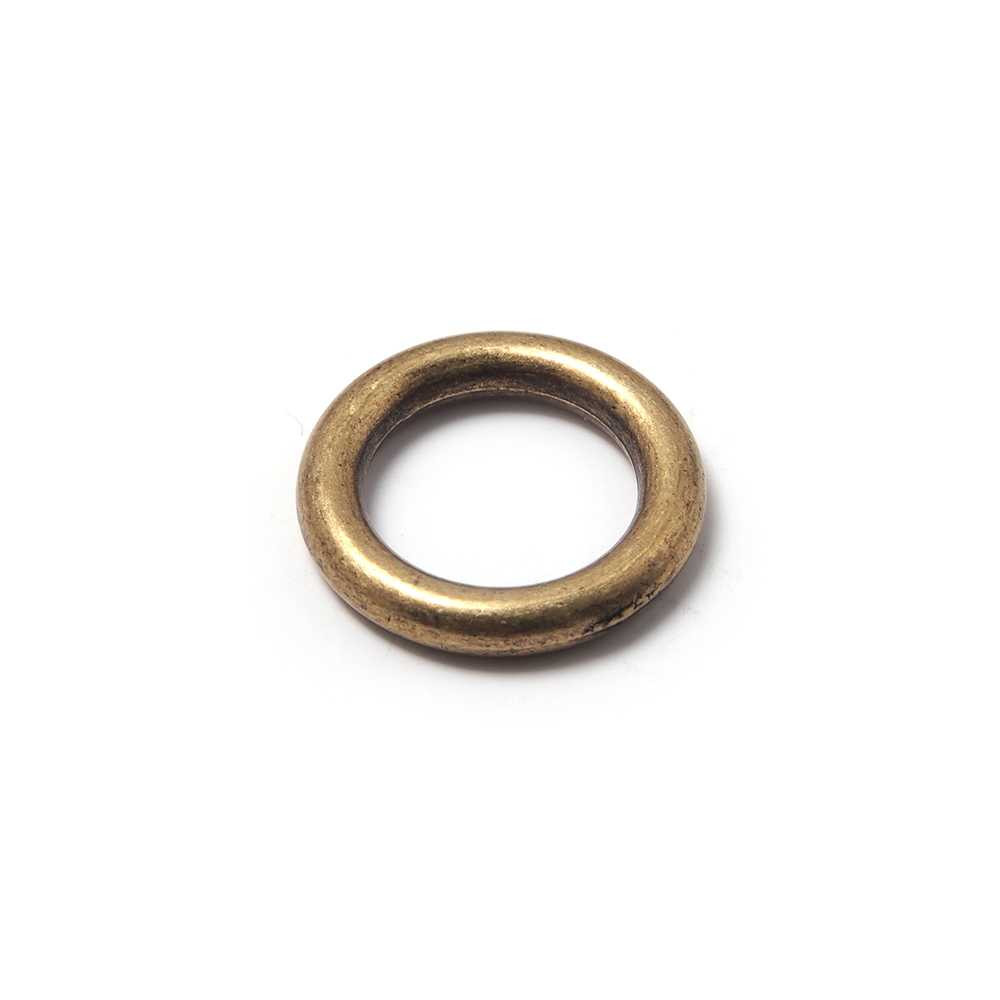 Anilla redonda con pase interior de 14 mm. Bañada en oro envejecido.