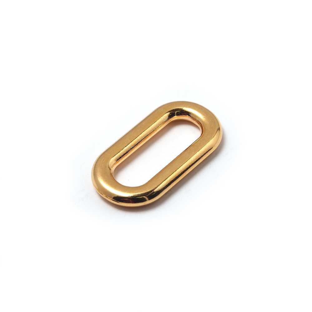 Anilla ovalada con pase interior de 19mm. Bañada en oro de 24 quilates.