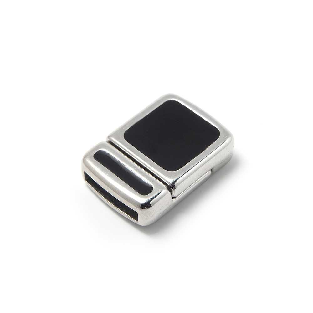 Cierre imán rectangular con baño plateado y esmaltado con color negro, con hueco para cuero de 12,5mm x 2,5mm.