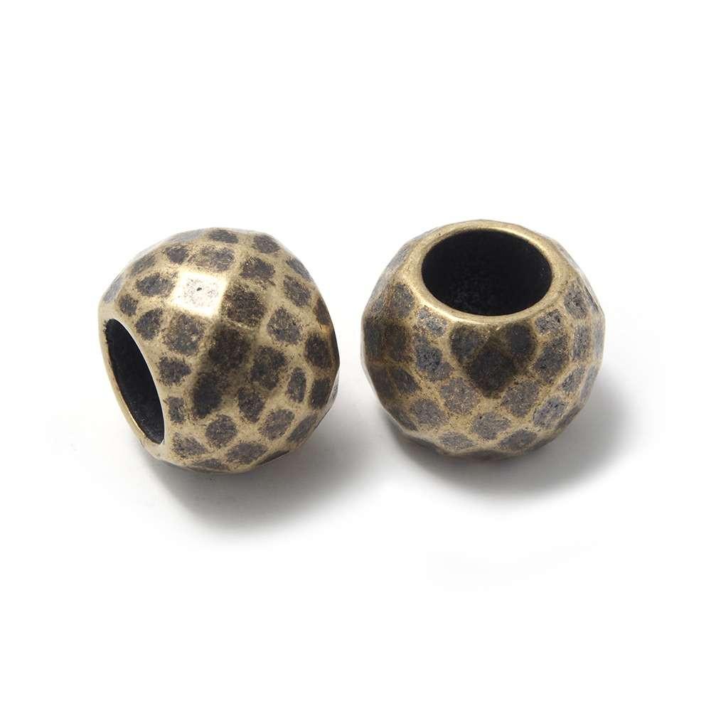 Bola grande facetada, de 16mm de diámetro exterior, con un agujero pasante de 8mm. Bañada en oro envejecido.