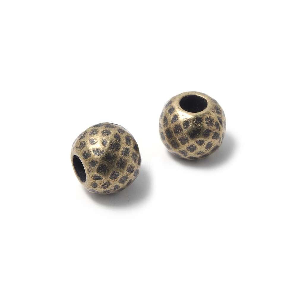 Bola mediana facetada, de 8mm de diámetro exterior, con un agujero pasante de 3mm. Bañada en oro envejecido.