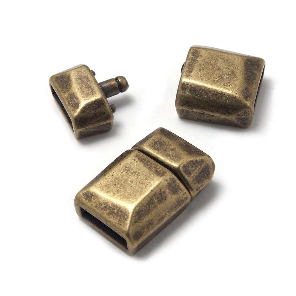 Cierre de presión facetado, para cuero de 9.5mm x 2.5mm. Bañado en oro envejecido.