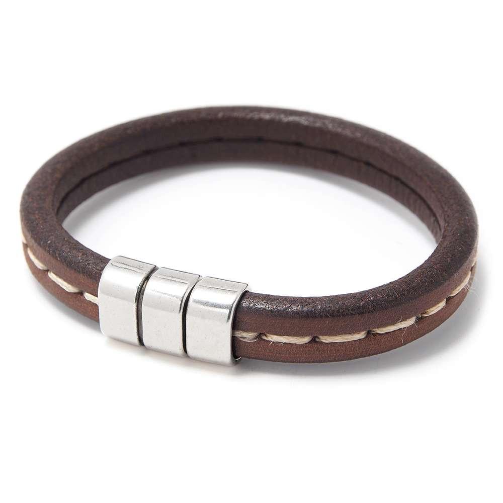 Pulsera simple con cuero marrón punteado y cierre presión simétrico, plata óxido. Regalíz.