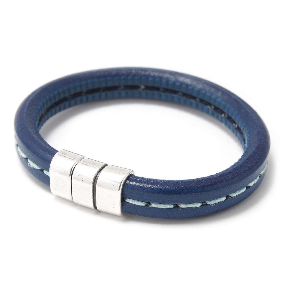 Pulsera simple con cuero azul punteado y cierre presión simétrico, plata óxido. Regalíz.