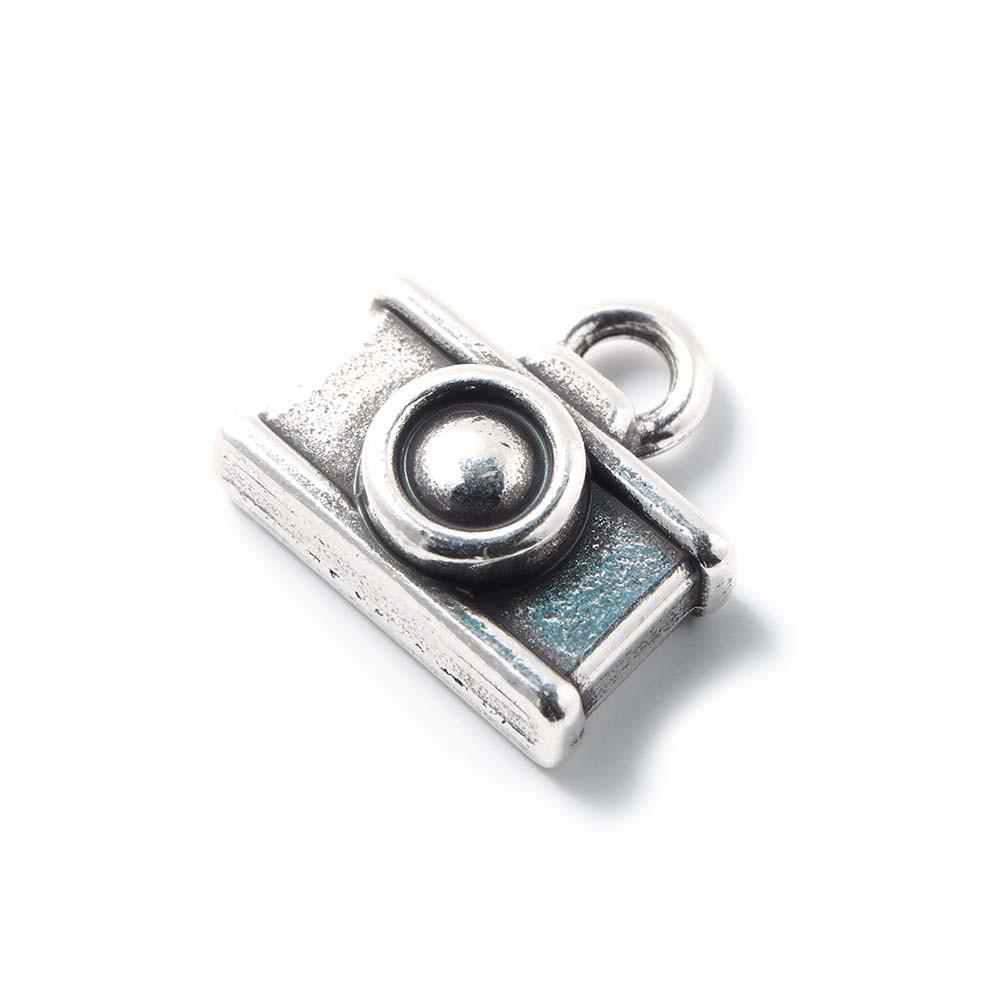 Abalorio colgante camara, con agujero para anilla de 2 mm. Bañado en plata de ley oxidada.