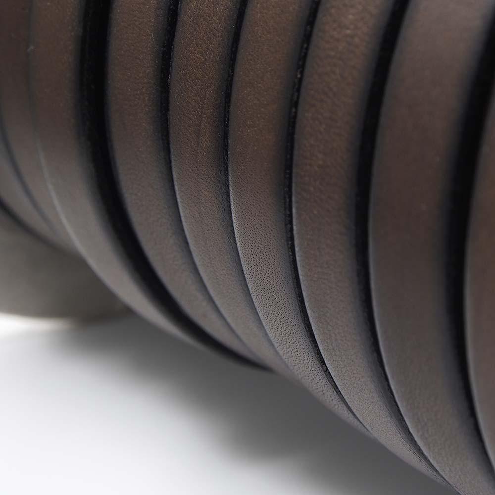 Cuero plano de 9,5mm de ancho por 2,5mm de grosor. Color chocolate.