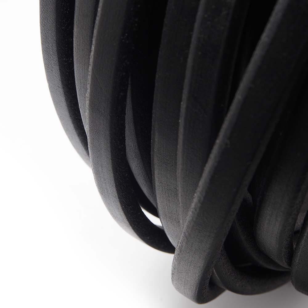Cuero regaliz, color negro.