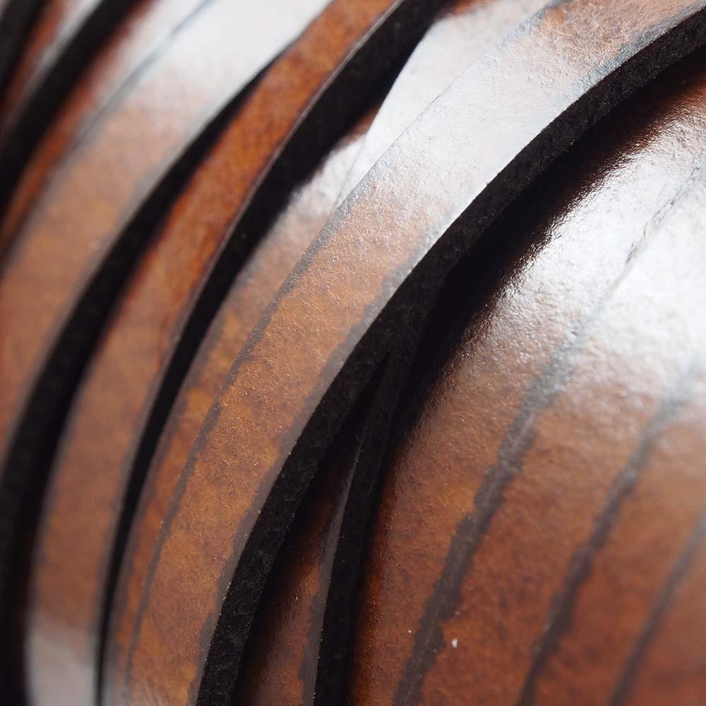Cuero plano de 5mm de ancho por 2mm de grosor. Color marrón brillo.