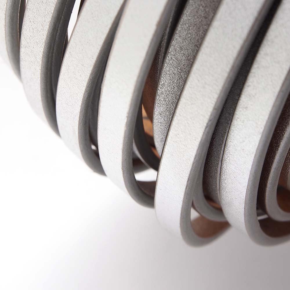 Cuero plano de 6.5mm de ancho por 2mm de grosor. Color Plata.