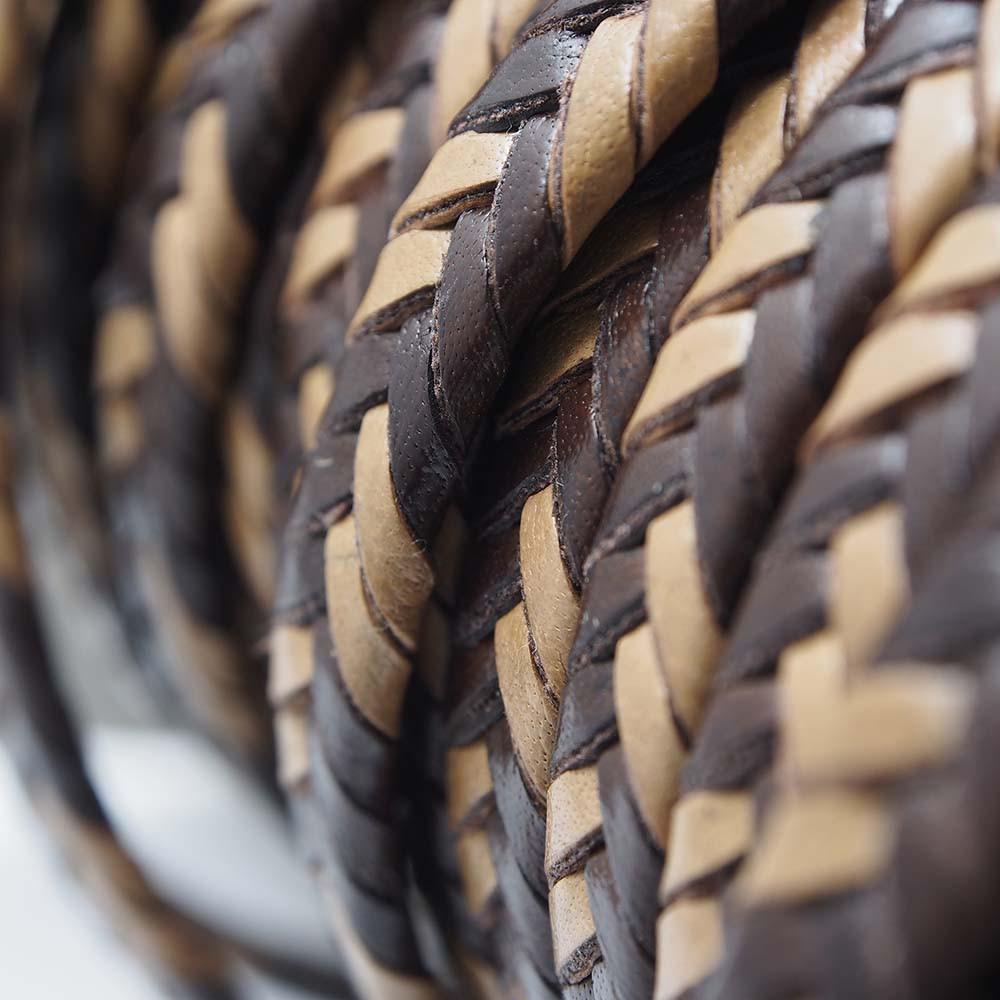 Cuero trenzado de 9.5mm ancho por 2.5mm de grosor. Colores marrón y natural.