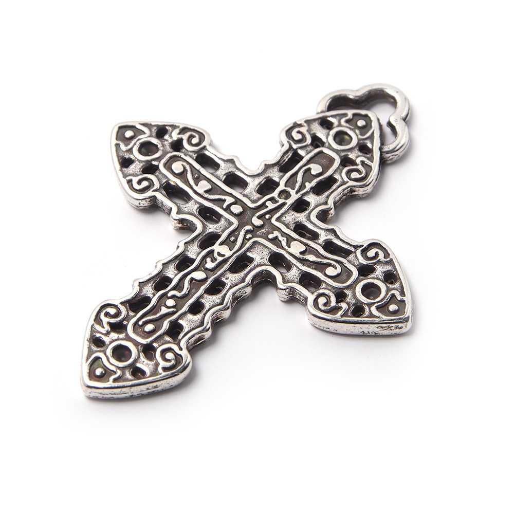 Colgante Cruz calada, con agujero para anilla de 2 mm. Bañado en plata de ley oxidada.