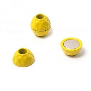 Cierre de imán pintado en color amarillo, bola golpeada, con hueco redondo de 5 mm de diámetro.