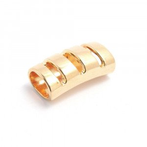 Entrepieza tubo tres cortes, con espacio para cueros de regaliz (10.5mm x 7mm). Bañada en oro de34 quilates.