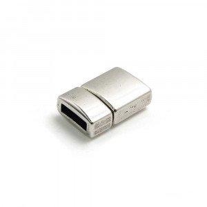 Cierre presión combado, bañado en plata oxidada, con hueco para cuero de 9.5mm x 2.5mm.