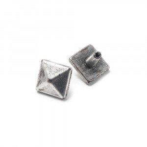 Tachuela Pirámide pequeña con pivote, bañada en plata de ley.