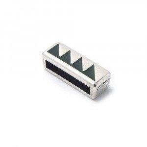 Entrepieza plana adornada con triángulos color lodem, con hueco para cuero pasante de 13.5mm x 2.5mm. Bañada en plata de ley oxidada.